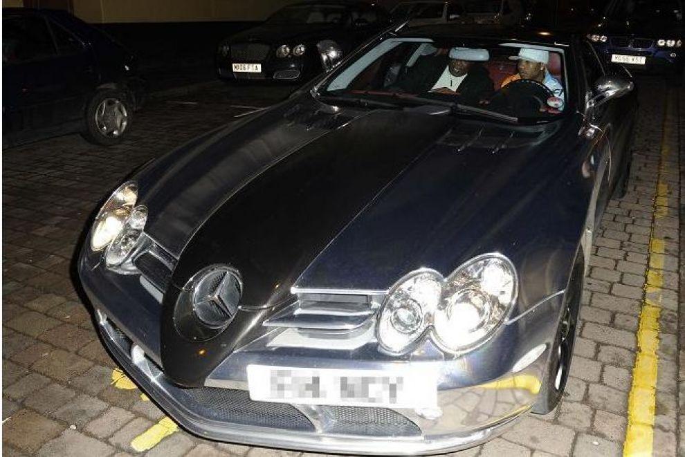 angleterre el hadji diouf gare sa voiture de luxe dans une zone r serv e aux taxis. Black Bedroom Furniture Sets. Home Design Ideas