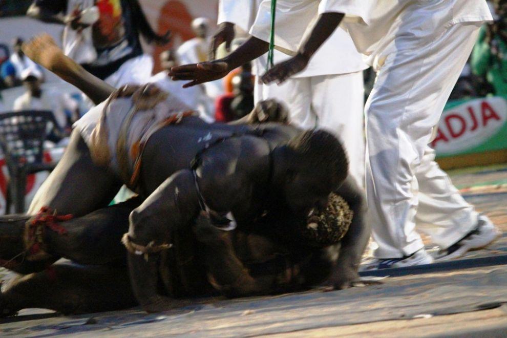 Photos lutte s n galaise un dimanche de puristes une for Interieur sport lutte senegalaise