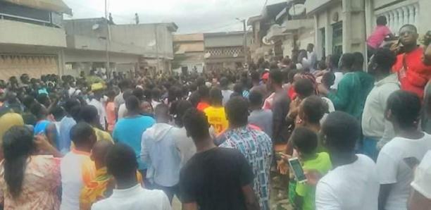 Les fans de Dj Arafat réunis devant le domicile du défunt
