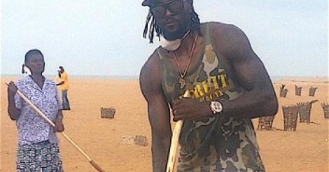 Emmanuel Adebayor s'engage pour la propreté des plages de Lomé