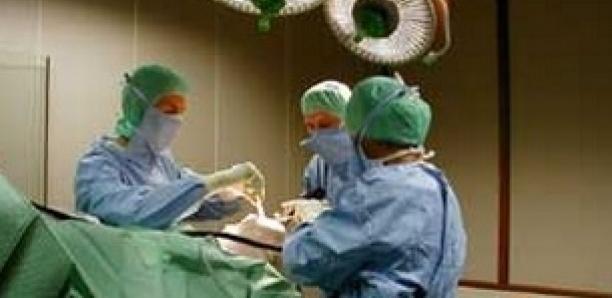 Un chirurgien condamné pour avoir oublié une compresse qui a provoqué la double amputation d'un patient