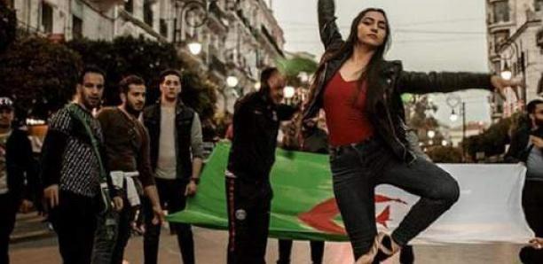Cette photo est devenue le symbole des manifestations en Algérie