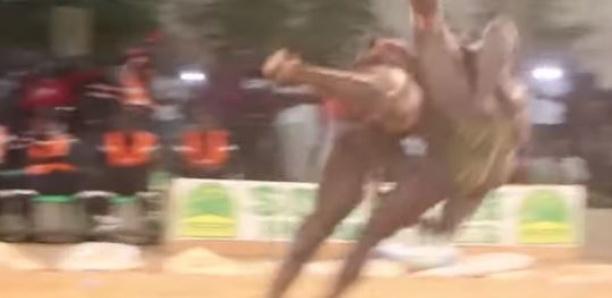 La belle prise de Reug Reug qui terrasse Idrissa Sané