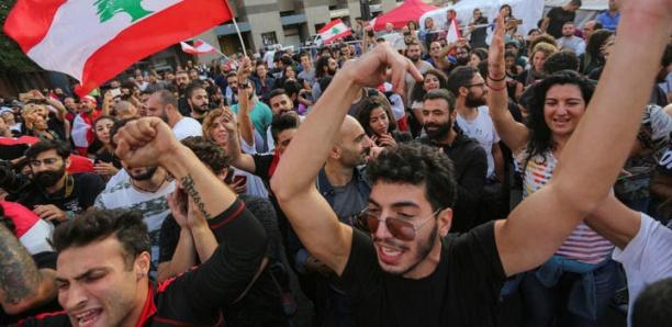 Du Nord au Sud, les manifestants libanais célèbrent la chute du gouvernement Hariri