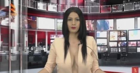Elle montre sa poitrine et devient présentatrice.