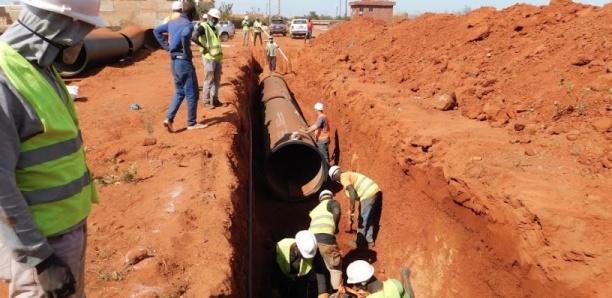 KMS3 - Le Directeur Général de la SONES, M. Charles Fall, visite un très grand chantier hydraulique de l'Etat du Sénégal
