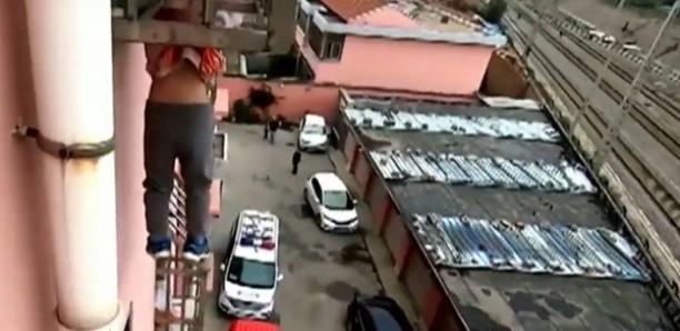 Un petit garçon coincé en fâcheuse posture quatre étages au-dessus du vide