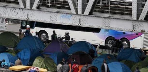 """Paris évacue ses camps de migrants: """"Tout ça ne peut plus durer"""""""