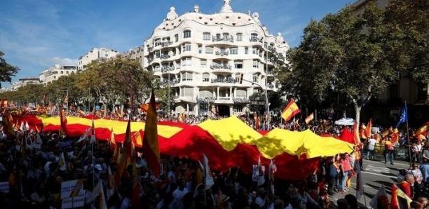 Après les indépendantistes, les partisans de l'unité de l'Espagne défilent à leur tour à Barcelone