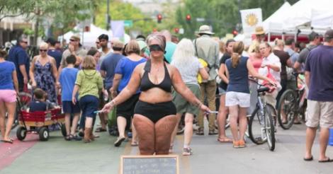 Femme Nu Insolite que fait cette femme à moitié nue dans la rue?