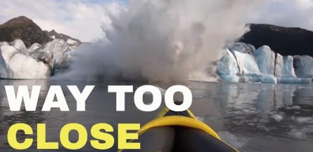 En Alaska, un glacier s'effondre sous les yeux de deux touristes